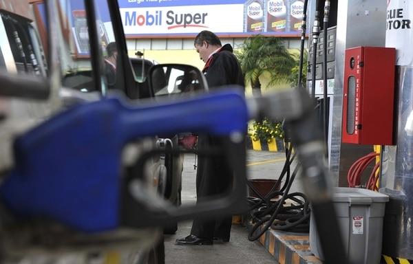 Los gasolineros alegan que la rebaja decretada por la Aresep les deja pérdidas de ¢20 millones diarios. Los empresarios esperan que el Tribunal Contencioso Administrativo suspenda la disminución.   CARLOS GONZÁLEZ, ARCHIVO.