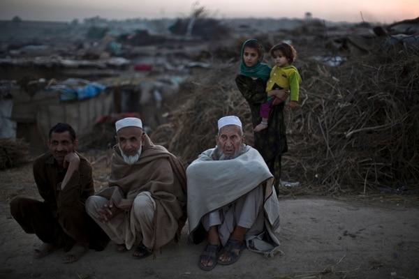 Paquistaníes, que fueron desplazados de sus viviendas en Pakistán, debido a los combates entre los talibanes y el ejército, se sientan en una carretera en las afueras de Islamabad, Pakistán, el 2 de noviembre de 2013.