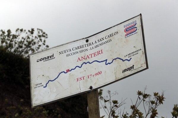 De los 29 km que comprenden el tramo central de la carretera a San Carlos, 23 km ya están asfaltados. El resto espera decisiones de las autoridades para ser finalizados. Foto: Alonso Tenorio
