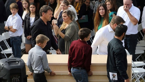 El sepelio se realizó en el panteón de la comunidad mormona de Galeana al final de la tarde en un ambiente de gran tristeza, desconcierto y mucha impotencia. Foto: Twitter CNN en español