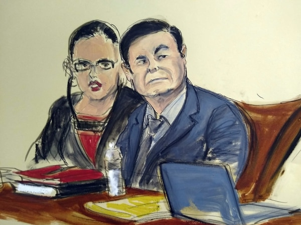 Joaquín 'el Chapo' Guzmán al lado de una intérprete en el juicio que se llevó a cabo en un tribunal federal de Nueva York.