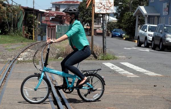 Bicicleta plegable permite que usuarios puedan llevarla dentro de un bus, tren o carro. La ciclista Tatiana Romero la utiliza para desplazarse entre su casa y el trabajo. Foto: Alonso Tenorio (12/05/2017)