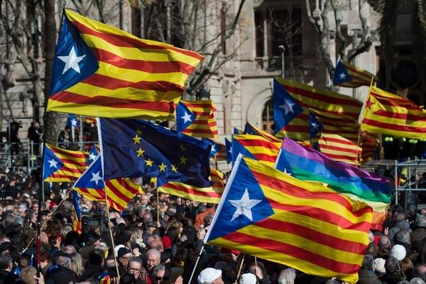Miles de independentistas catalanes apoyaron al expresidente Artur Mas a inicios de febrero a su llegada al juzgado en Barcelona.