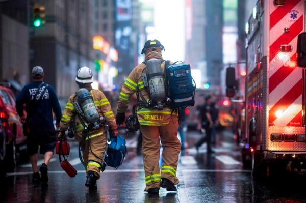 Los bomberos lograron extinguir el fuego en el edificio después de que un helicóptero se estrellara contra el rascacielos, en el centro de Manhattan, en Nueva York, el 10 de junio del 2019. Foto: AFP