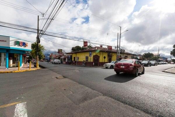 Al costado sur del parque de Tibás, el auto viró en dirección oeste. Foto: José Cordero.
