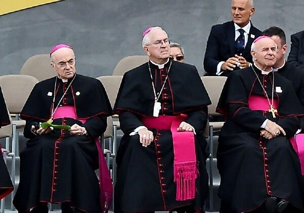 El entonces nuncio apostólico en Estados Unidos, Carlo Maria Vigano (izquierda), escuchaba un mensaje del papa Francisco en la ciudad de Filadelfia, el 26 de setiembre del 2015.