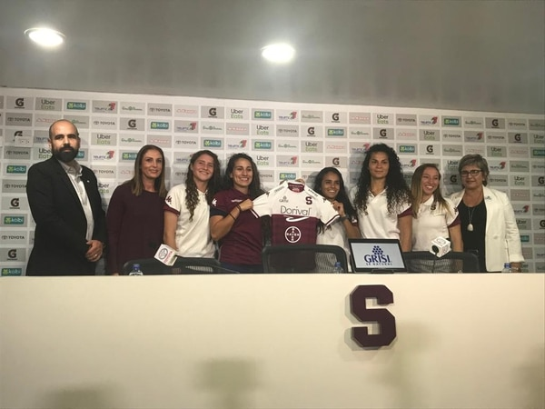 Presentación de patrocinios en el uniforme del Saprissa Fútbol Femenino. Fotografía: Daniel Jiménez
