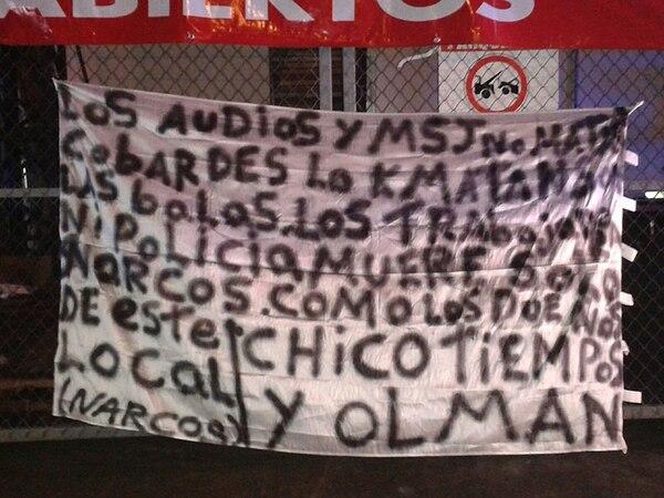 Los malhechores dejaron una manta con una amenaza directa al dueño del negocio baleado. Foto: Wilberth Hernández