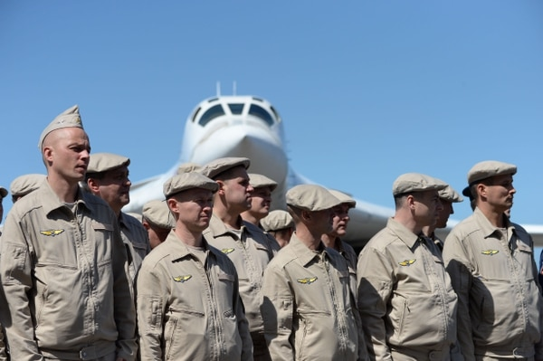 Personal de la Fuerza Aérea de Rusia permanecían enfrente de un avión bombardero Tupolev Tu-160 que aterrizó el 10 de diciembre del 2018 en el aeropuerto internacional de Maiquetía, al norte de Caracas.