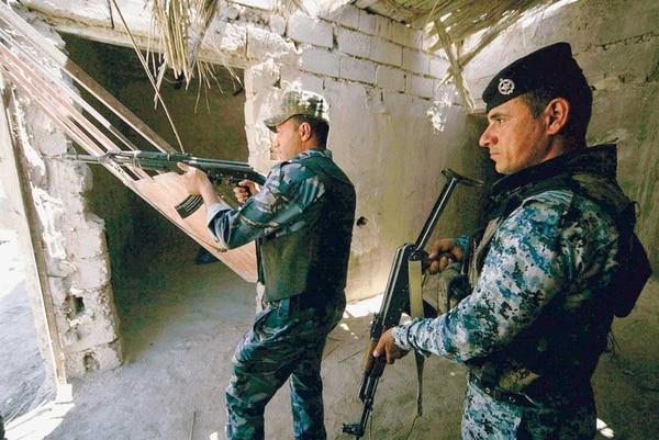 Soldados iraquíes toman posiciones en un puesto fronterizo de Irak y Arabia Saudí, en el sur de Irak.