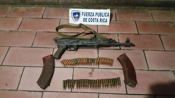 El fusil AK-47 fue ubicado por los oficiales en medio de un matorral, cerca de donde los sujetos abandonaron los bultos. | CORTESÍA MSP.