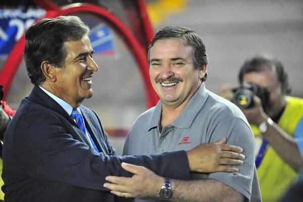 El técnico Jorge Luis Pinto (izquierda) compartió con Óscar Ramírez en el juego entre Honduras y Costa Rica.
