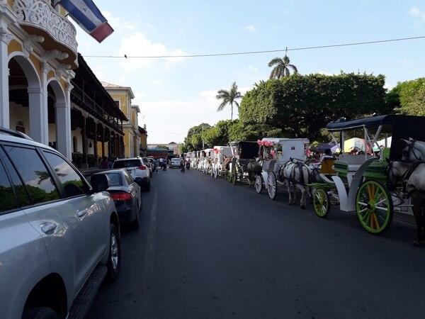 En Granada hay 45 coches (volantas) que ofrecen recorridos a turistas que llegan en la ciudad. De ellos, 35 están agremiados a una cooperativa. La actividad sufre por la disminución del turismo durante el último año. Foto: Josué Bravo.