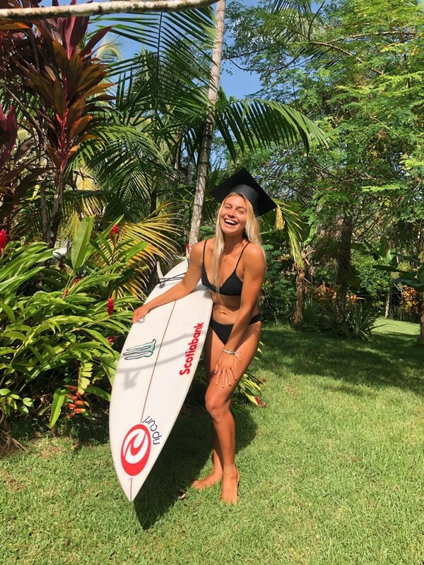 Leilani McGonagle celebró la culminación de su diplomado en comunicaciones, En su natal Pavones, en Golfito, con su inseparable tabla de surf y un llamativo birrete. Cortesía: Leilani McGonagleen