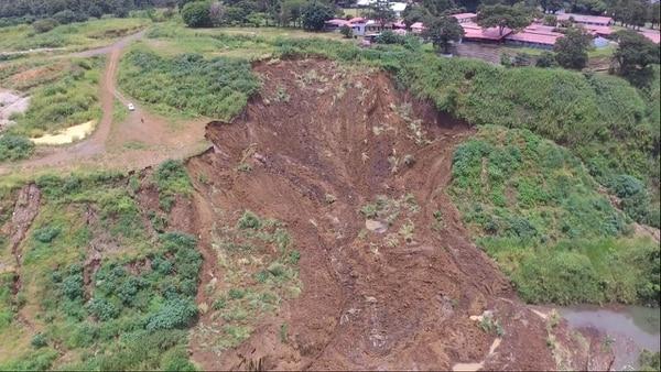 En esta imagen aérea se ve con claridad el límite de la zona verde del Consevatorio Castella que limita con el deslizamiento que desde el viernes cae al río Virilla.