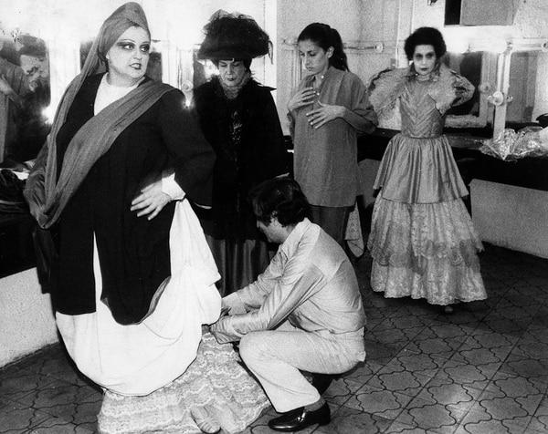 El director Gallegos (de cuchillas) en la prueba de vestuario de la obra 'La loca de Chaillot', de Jean Anouilh, en 1980. Foto: Archivo de la Compañía Nacional de Teatro.