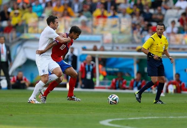 Frank Lampard (izquierda) intentó detener a Bryan Ruiz (derecha) en el tercer juego de la fase de grupos de ambos combinados en Brasil 2014. El cotejo terminó 0 a 0 y fue el partido en el que la 'Tricolor' tuvo más posesión, con 47%. Fotografía: Carlos Borbón, archivo