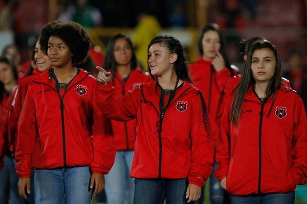 Daniela Mesén (derecha) es la jugadora que usa el 16 en Alajuelense Codea. En la imagen la acompañan Samira Roper y Sianiff Agüero. Foto: Mayela López