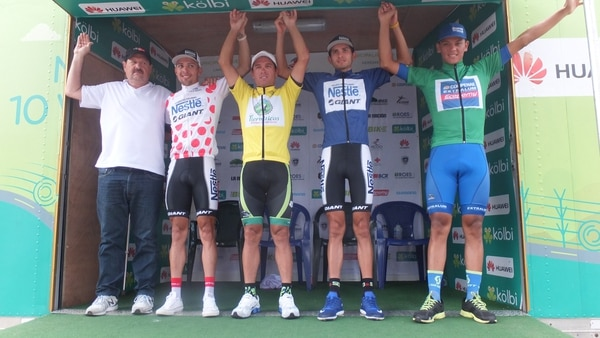 Glauco Pinto posa con los campeones Román Villalobos, Juan Carlos Rojas, Daniel Bonilla y Marcos Sánchez.