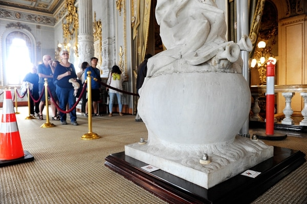 La estatua sigue en exposición para los turistas que visitan el Teatro Nacional diariamente. Fotos Melissa Fernández