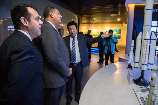 El ministro de Comercio Exterior, Alexánder Mora (izq.), estuvo con el presidente Luis Guillermo Solís en la visita a la zona especial de Tianjin, el pasado 9 de enero. En esa jornada los acompañó Karl Single (fuera de la fotografía), como parte de un grupo de empresarios. | PRESIDENCIA PARA LN.