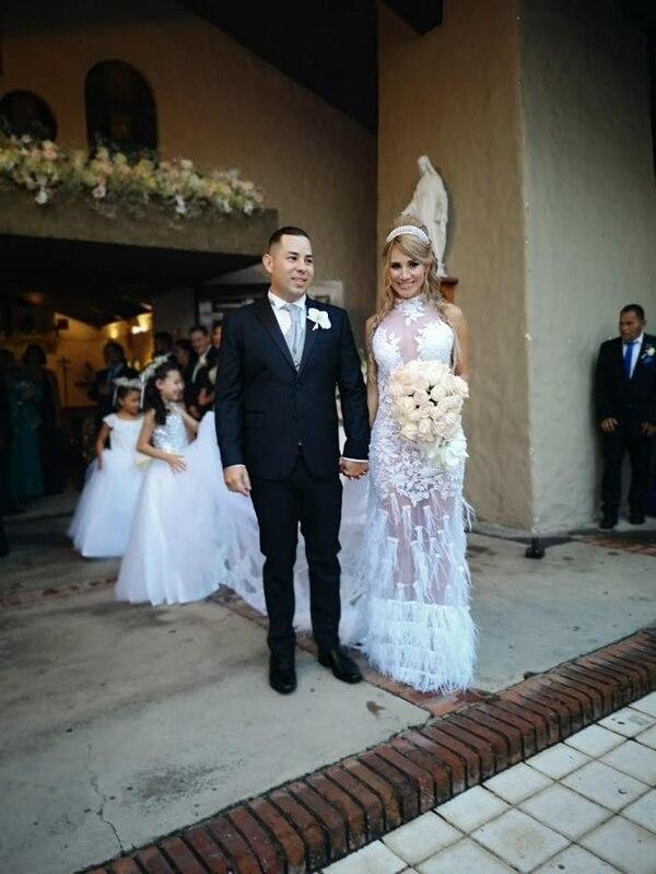Melissa Mora usó un despampanante vestido blanco en el que destacan los finos bordados y la pedrería. Su ahora esposo lució muy elegante con un traje sastre azul. Foto: Yuri Jiménez