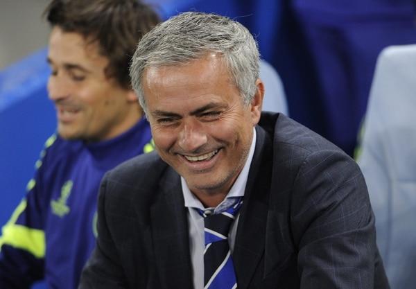 José Mourinho sonríe durante el partido de Champions entre el Chelsea y Schalke 04.