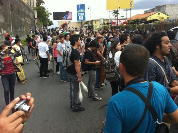Cientos de jóvenes en patinetas se manifiestan contra ley de tránsito - 1
