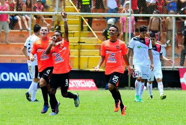 Daniel Quirós (9) marcó el primer gol con el que Puntarenas FC venció esta mañana a Alajuelense. Bryan Sánchez (4) y Yashin Bosques (25) se unen a la celebración. Rebeca Arias