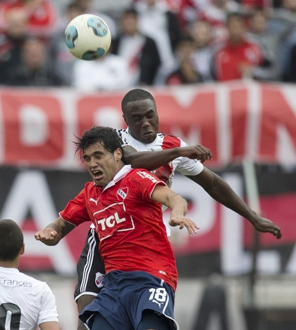 Julián Velázquez cede el balón ante Eder Álvarez, de River Plate. | AP