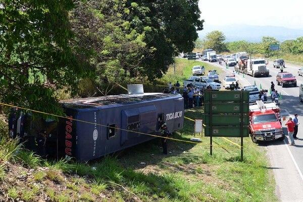 El vuelco se produjo 200 metros antes de la entrada a Grecia en Alajuela.