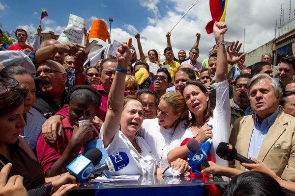 La esposa del alcalde mayor de Caracas, Antonio Ledezma, Mitzy Capriles( izq), acompañada de la esposa del líder político venezolano encarcelado Leopoldo López, Lilian Tintori (centro), y de la exdiputada de la Asamblea Nacional (AN) María Corina Machado , asistieron a una manifestación para rechazar la detención de Ledezma.