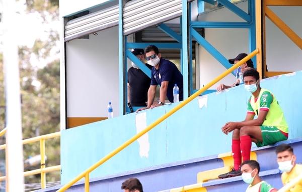 El técnico de la Selección Nacional, Rónald González, ha frecuentado los diferentes escenarios del fútbol nacional, tras la reanudación, para observar partidos de Primera y Liga de Ascenso. Fotografía: Alonso Tenorio.