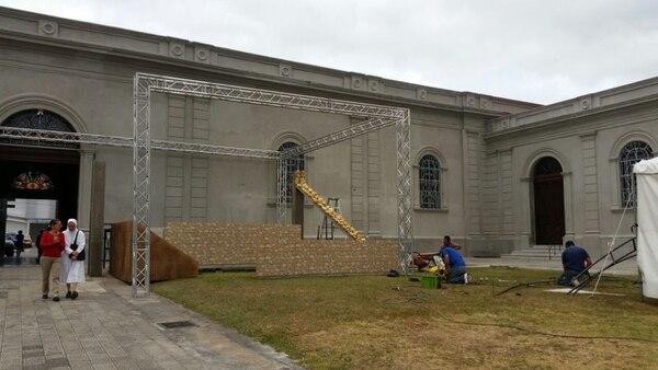 Esta tarde en el costado sur de la parroquia de Tibás, varios trabajadores montaban la estructura para las celebraciones del Triduo Pascual.