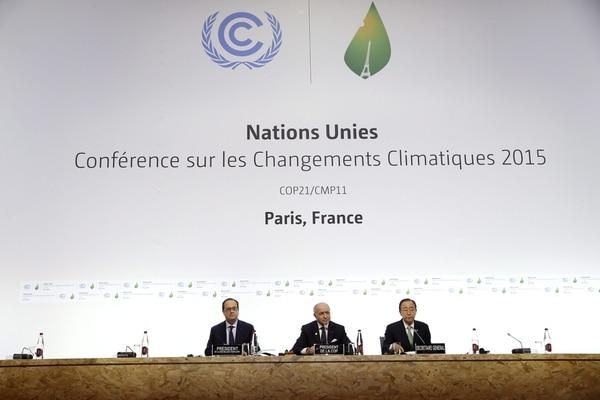 El presidente francés, François Hollande, su ministro de Exteriores, Laurent Fabius y el secretario general de la ONU, Ban Ki-moon, durante la ceremonia inaugural de la cumbre sobre cambio climático COP21 que se celebra en Le Bourget en París, Francia.