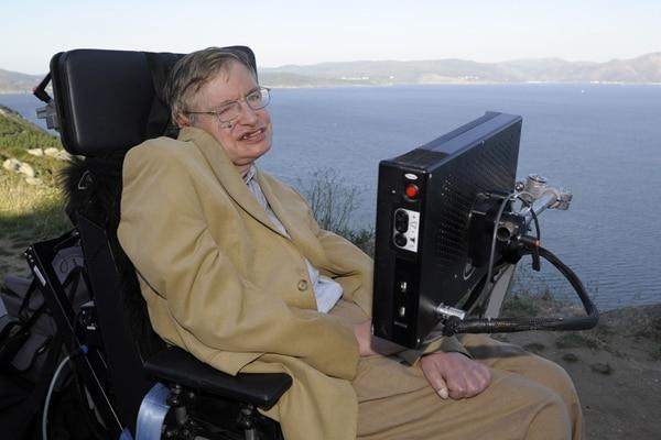El caso más conocido de esta enfermedad ha sido el del fallecido cosmólogo y divulgador científico Stephen Hawking, a quien se le diagnosticó ELA a los 21 años y que ha sido la persona más longeva con esta enfermedad, a la que sobrevivió 55 años, cuando su esperanza media de vida tras su aparición es de 14 meses. / AFP PHOTO / Miguel RIOPA