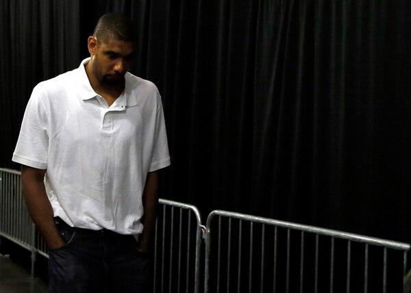 Tim Duncan, líder de los Spurs de San Antonio, sale desconsolado del AmericanAirlines Arena, tras perder el sétimo juego de la final pasada ante el Heat de Miami.   ARCHIVO / AFP