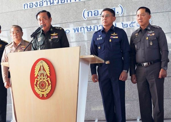 El jefe del Ejército, Prayuth Chan-Ocha (en el podio) da una rueda de prensa para refrirse a la imposición de la ley marcial y la crisis política que vive Tailandia.