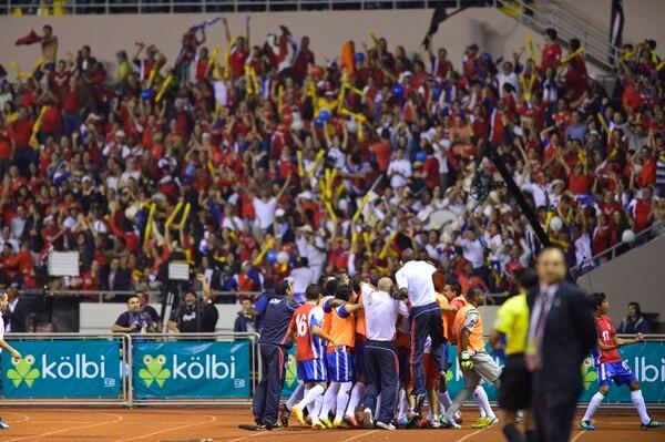 Los aficionados y el plantel de la Selección Nacional se unieron en un único festejo en el momento de la anotación del mediocampista Celso Borges.   RAFAEL PACHECO