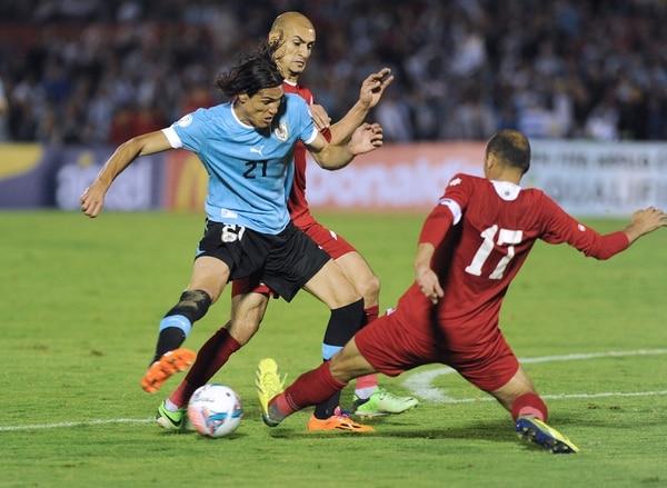 Edinson Cavani ante la marca de la zaga jordana.
