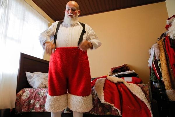Todos los trajes que tiene Cordero fueron elaborados por su madre. Ella le confeccionó desde una pijama para Santa hasta un traje de gala. Fotografía: Mayela López