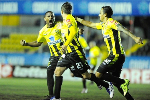 Rónald al fin logra triunfo con Uruguay