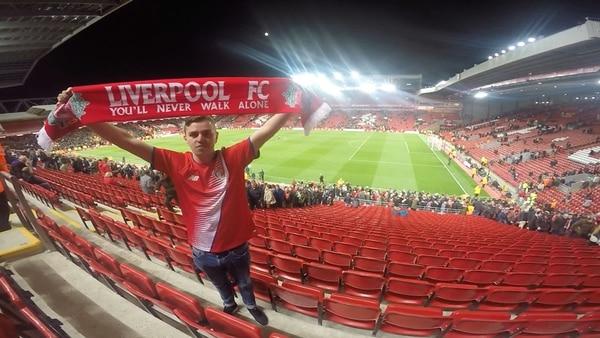 A Tyron Vargas (en la foto) y Cristopher Hidalgo les pagaron los boletos aéreos a Liverpool y las entradas para que vieran el juego ante Manchester United en el histórico Anfield Road. | CORTESÍA DE CRISTOPHER HIDALGO