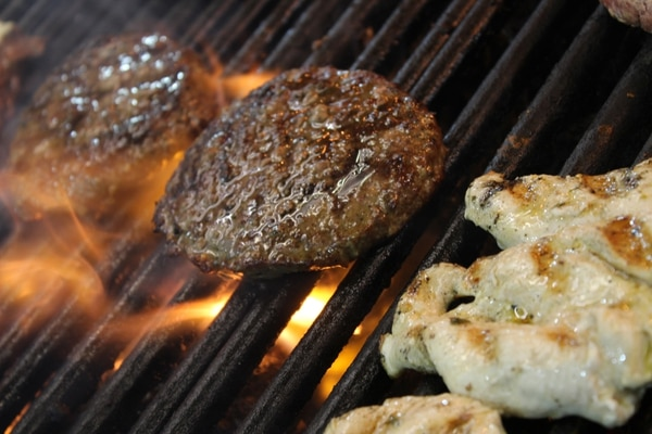 Tortas de carne y pollo a la parrilla.