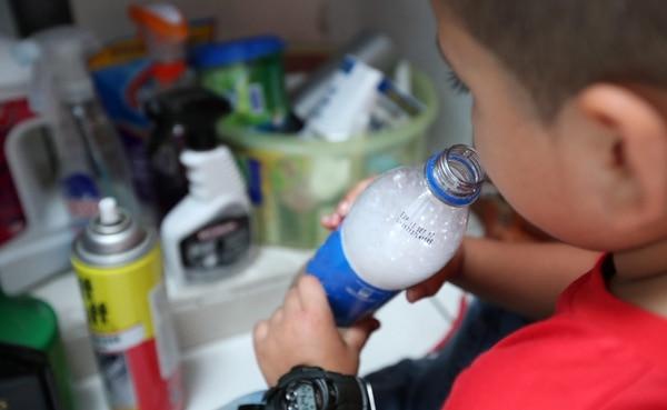 Menores pueden confundir líquidos tóxicos en envases de refrescos. Foto con fines ilustrativos.