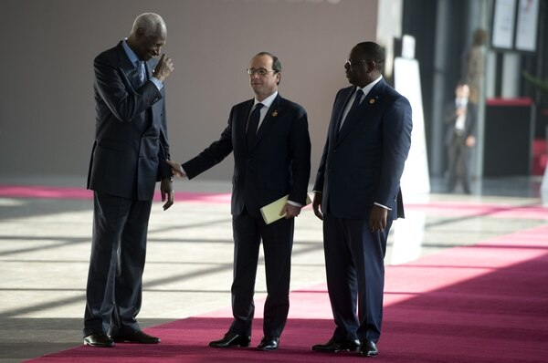 El presidente francés, Francois Hollande habla con el presidente de Senegal, Macky Sall ( R) y presidente de la Organización Internacional de francófonos Abdou Diouf, el pasado 29 de noviembre en Dakar. Durante la cumbre se anunció el ingreso de Costa Rica como país observador.