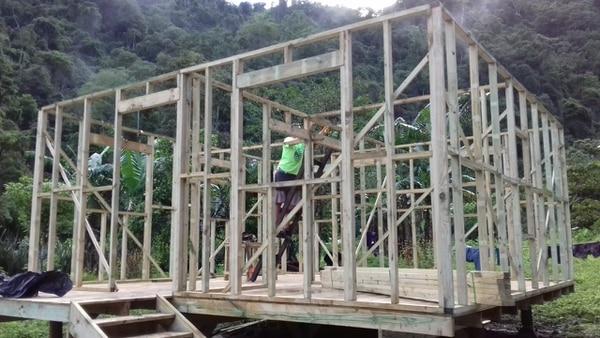 En la construcción de una vivienda indígena se tarda aproximadamente una semana, con una cuadrilla de cinco personas.. Foto: cortesía Wálter Brenes.