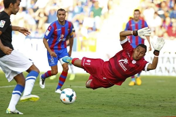 Keylor Navas se apresta a detener el intento de Xabi Prieto, ariete de la Real Sociedad. El costarricense del Levante mantuvo su arco en cero, en el empate que se dio ayer en Valencia, por la cuarta jornada de la Liga española. | EFE