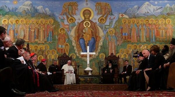 El papa Francisco leyó un mensaje el viernes al patriarca ortodoxo de Georgia, Elías II (derecha), durante un encuentro que ambos líderers religiosos sostuvieron en Tiflis.