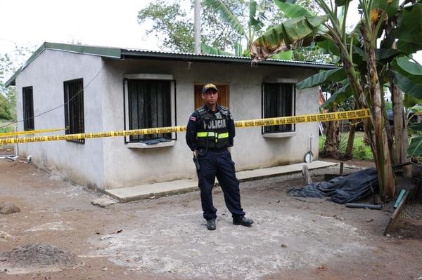 A las 9 a. m. la Fuerza Pública custodiaba la vivienda, que está a unos 50 metros de la vía pública. La mujer presentaba heridas de arma blanca.